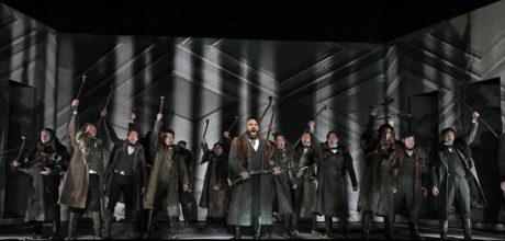 Zachary Nelson and the Santa Fe Opera Chorus. Photo by Ken Howard.