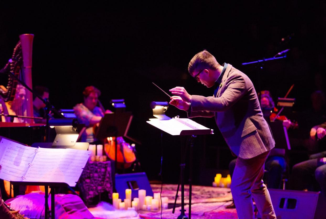 Maestro Luke Frazier and the American Pops Orchestra. Photo by Glorianna Picini.